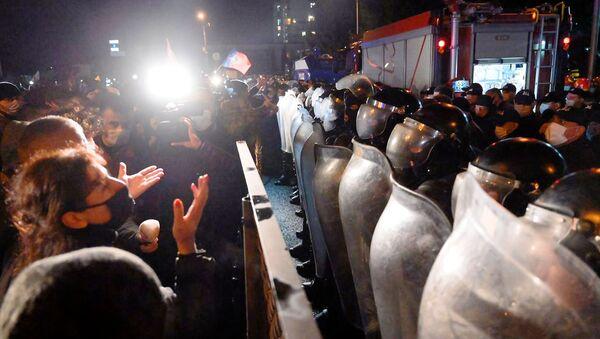 Ситуация у здания ЦИК 8 ноября 2020. Полицейский спецназ в касках и со щитами и водомет - Sputnik Грузия