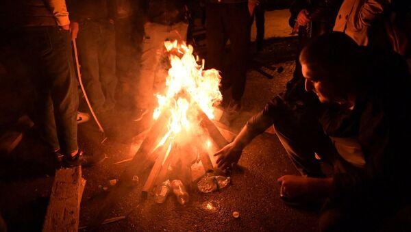 Ситуация у здания ЦИК 8 ноября 2020. Участники демонстраций разожгли костер - Sputnik Грузия