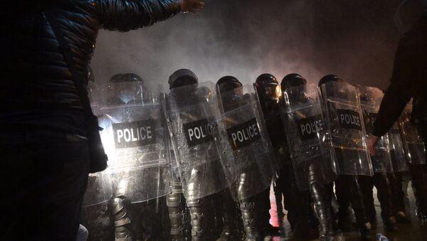Ситуация у здания ЦИК Грузии. Полицейский спецназ против демонстрантов 8 ноября 2020 года - Sputnik Грузия