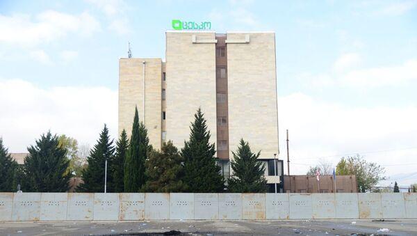 Территория у здания ЦИК Грузии утром 9 ноября 2020 года. Поломанные ограждения, камни и мусор - Sputnik Грузия