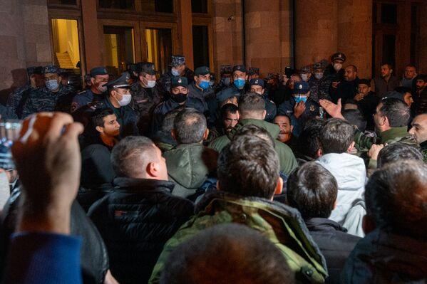 Недовольные решением премьер-министра по Нагорному Карабаху пошли штурмовать правительство - Sputnik Грузия