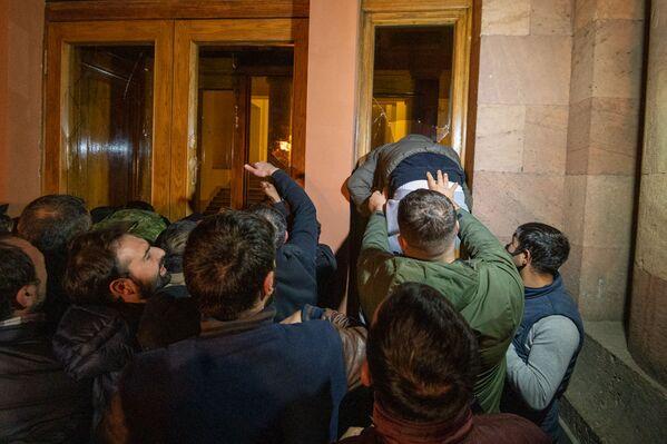Митингующие выломали двери правительства и ворвались внутрь здания   - Sputnik Грузия