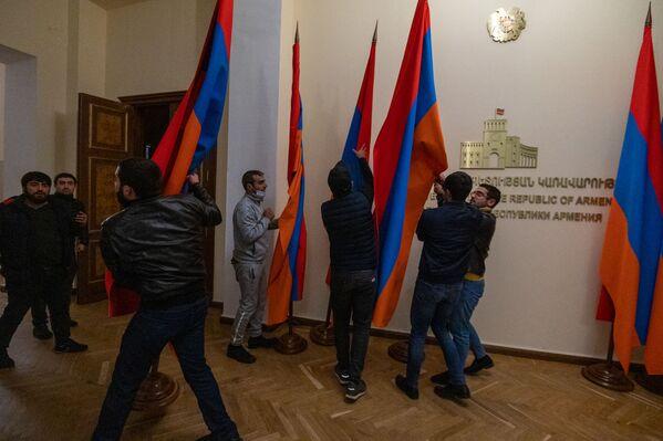 С кабинета премьера Никола Пашиняна сорвали табличку с его именем - активисты потребовали отставки премьера - Sputnik Грузия