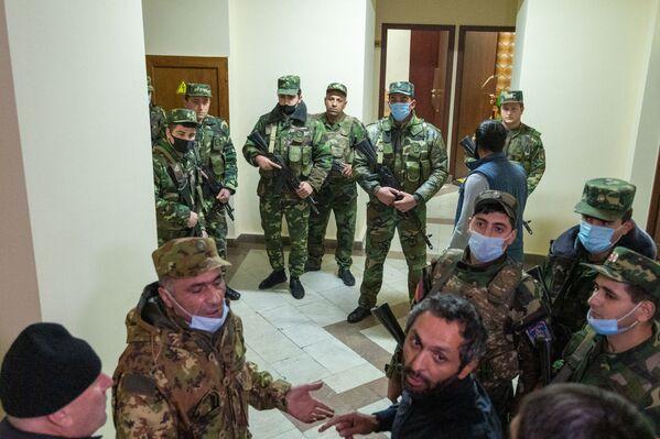 Демонстранты были настроены крайне агрессивно, однако сотрудники правоохранительных органов не стали оказывать им никакого противодействия - Sputnik Грузия