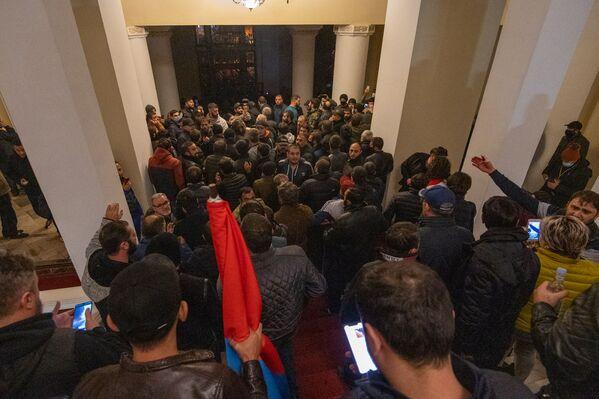 Десятки демонстрантов начали громить помещение, сломали мебель, технику, окна и двери - Sputnik Грузия