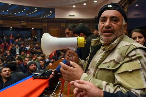 По мнению протестующих, премьер-министр не имел права без обсуждения с общественностью принимать судьбоносные для страны решения - Sputnik Грузия