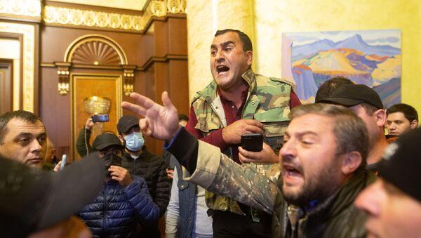 Участники акции протеста в одном из залов в здании парламента Армении в Ереване - Sputnik Грузия