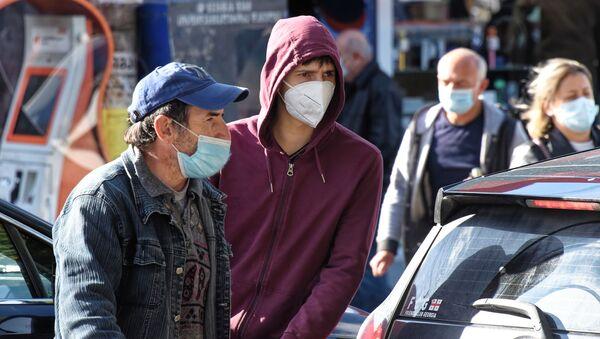Эпидемия коронавируса. Прохожие в защитных масках - Sputnik Грузия
