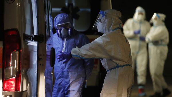 Пандемия коронавируса COVID 19 - медики и специалисты в защитной одежде, Милан, Италия - Sputnik Грузия