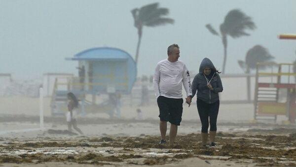 Пара гуляет по пляжу во время шторма Эта во Флориде - Sputnik Грузия