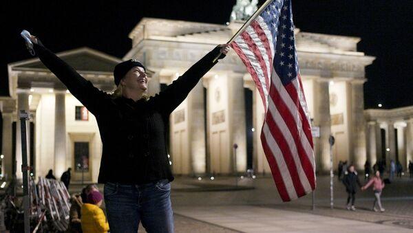Празднование победы Джо Байдена на площади перед  Бранденбургскими воротам в Берлине - Sputnik Грузия