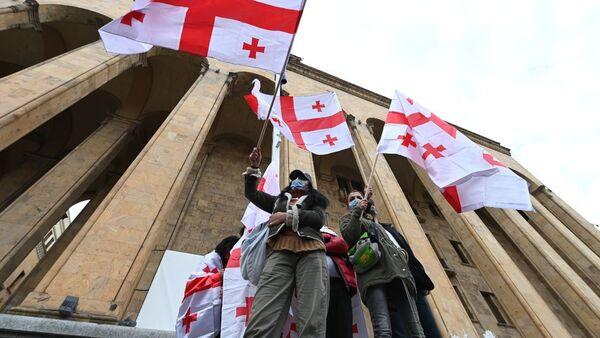 Акция протеста оппозиции 14 ноября 2020 года - активисты у парламента с флагами - Sputnik Грузия