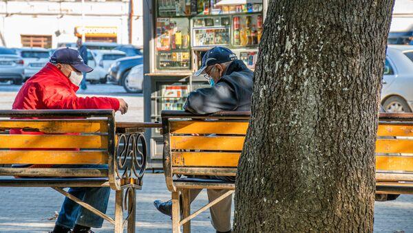 Кутаиси - эпидемия коронавируса. Прохожие на улицах в масках - Sputnik Грузия
