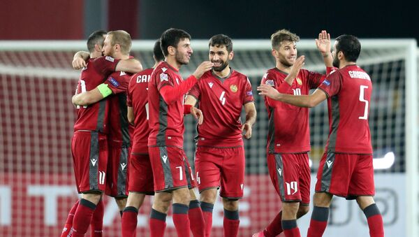 Армянские футболисты празднуют победу. Матч между сборными Грузии и Армении по футболу - Sputnik Грузия