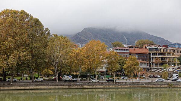 Туман и пасмурная погода осенью в Тбилиси - ноябрь - Sputnik Грузия