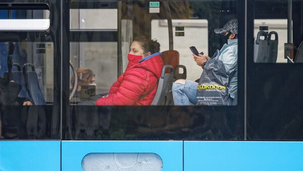 Эпидемия коронавируса - пассажиры в масках в автобусе - Sputnik Грузия