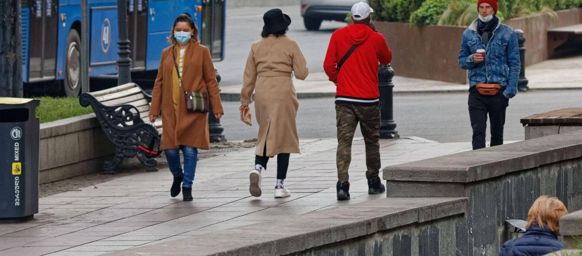 Эпидемия коронавируса - прохожие на улице в масках - Sputnik Грузия, 1920, 20.04.2021