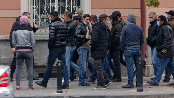 Эпидемия коронавируса - мужчины на улице в масках - Sputnik Грузия