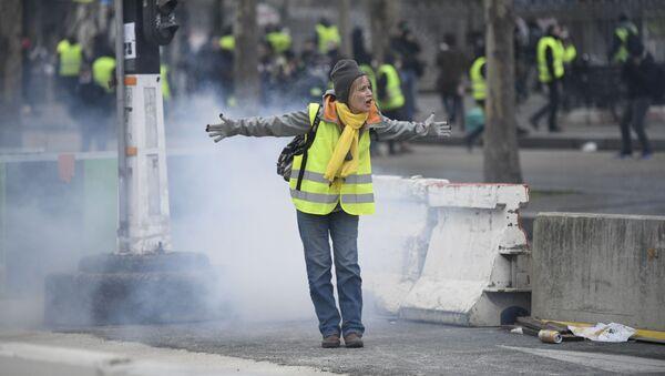 Участница протестной акции желтых жилетов в Париже - Sputnik Грузия