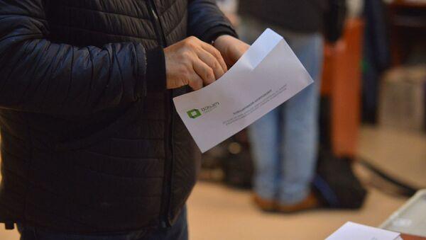 Выборы в парламент Грузии. Второй тур 21 ноября 2020 года в столице страны - бюллетени и конверты для голосования - Sputnik Грузия