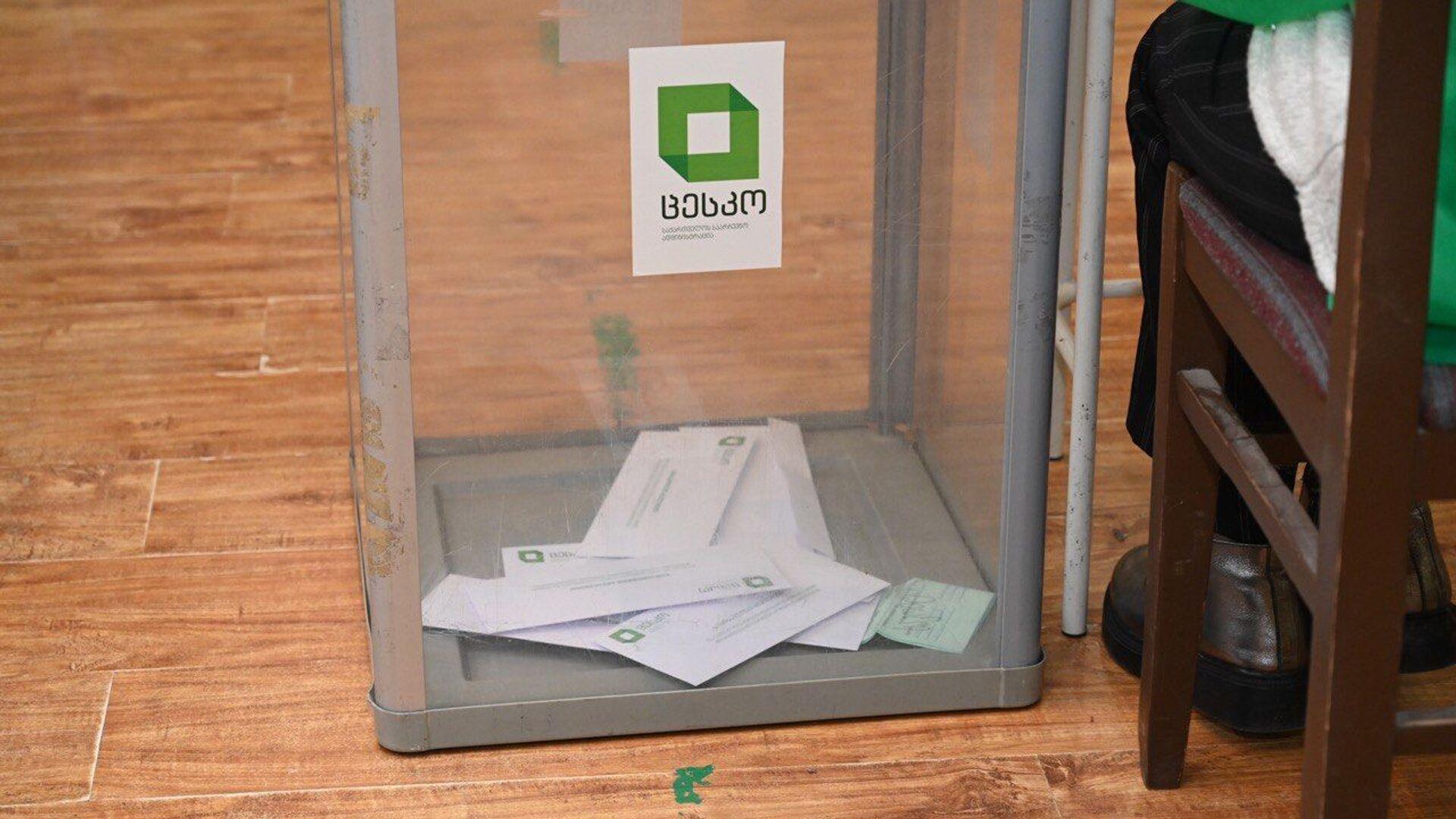 Выборы в парламент Грузии. Второй тур 21 ноября 2020 года в столице страны - урна и бюллетени - Sputnik Грузия, 1920, 01.05.2021