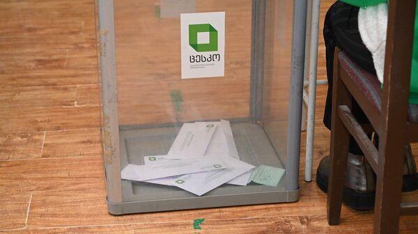 Выборы в парламент Грузии. Второй тур 21 ноября 2020 года в столице страны - урна и бюллетени - Sputnik Грузия