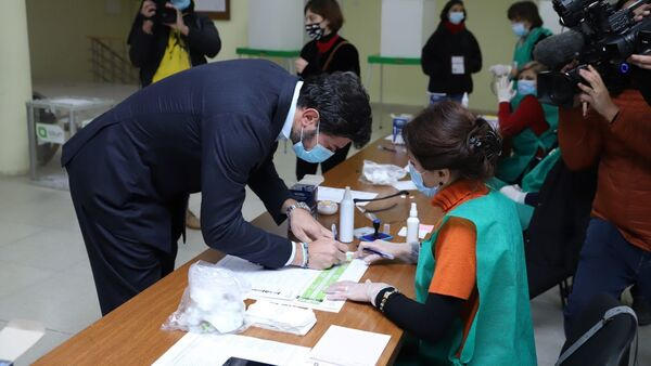 Каха Каладзе принимает участие в голосовании в ходе второго тура выборов - Sputnik Грузия