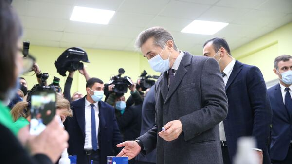 Бидзина Иванишвили со своей семьей принял участие в голосовании в ходе второго тура выборов - Sputnik Грузия