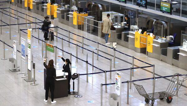 Пандемия коронавируса COVID - 19. Люди в аэропорту в Мюнхене, Германия - Sputnik Грузия