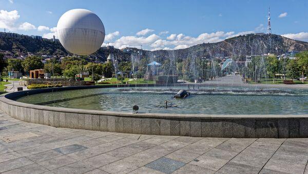 Вид на город Тбилиси - танцующий фонтан в парке Рике - Sputnik Грузия