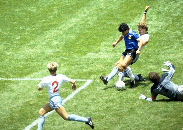 На чемпионате мира в 1986 году Марадона представлял сборную Аргентины и сделал ее победительницей. Именно 22 июня он забил так называемый гол столетия. Марадона прорвался в штрафную англичан, обыграв попутно шесть игроков, включая вратаря. За три минуты до этого Марадона забил рукой гол, получивший название рука Бога     - Sputnik Грузия