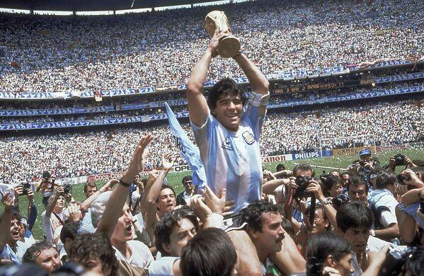 В 1986 году, выступая за национальную команду на позиции нападающего, Марадона стал победителем чемпионата мира, проходившего в Мексике. Он был признан лучшим игроком того турнира - Sputnik Грузия