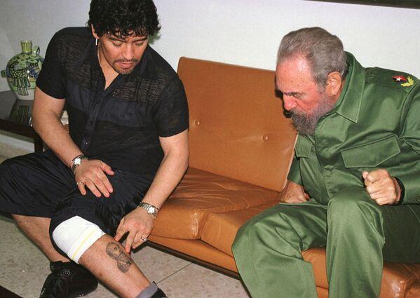 Легенда футбола Диего Марадона и президент Кубы Фидель Кастро во время встречи на Кубе - Sputnik Грузия