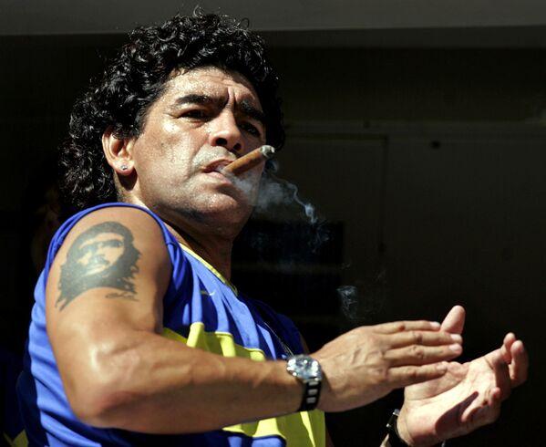 Спортивная карьера звезды завершилась слишком рано. Причиной этому стала наркотическая зависимость. Марадона был замешан в нескольких судебных разбирательствах, включая арест в апреле 1991 года за хранение кокаина. Он был отпущен под залог, однако спортивная карьера оказалась под угрозой   - Sputnik Грузия