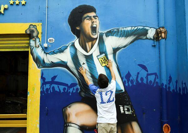 Аргентина оплакивает своего соотечественника - величайшего футболиста Диего Марадону   - Sputnik Грузия