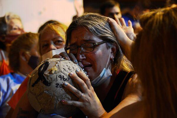 Аргентинцы вспоминают, что Марадона был обычный человек, открытый для всех. И при этом он заражал любовью к футболу миллионы сердец по всему миру     - Sputnik Грузия