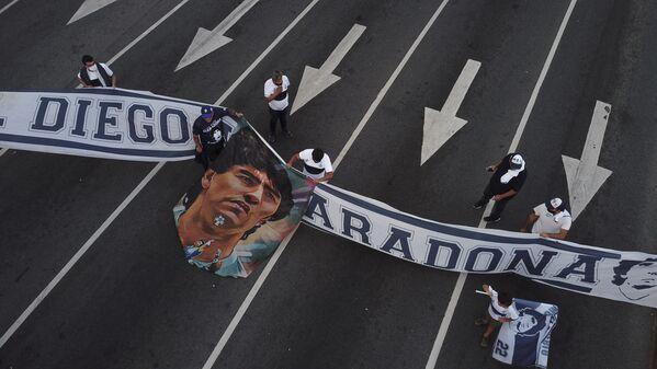 Фанаты легенды аргентинского футбола отдают дать уважения Диего Марадоне - Sputnik Грузия