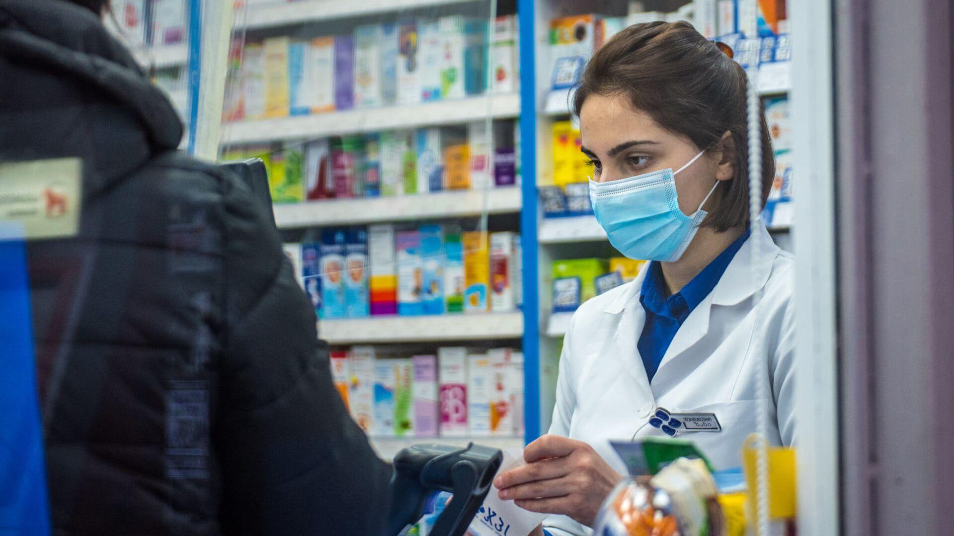 Эпидемия коронавируса - продавщица в аптеке в маске - Sputnik Грузия, 1920, 28.04.2021