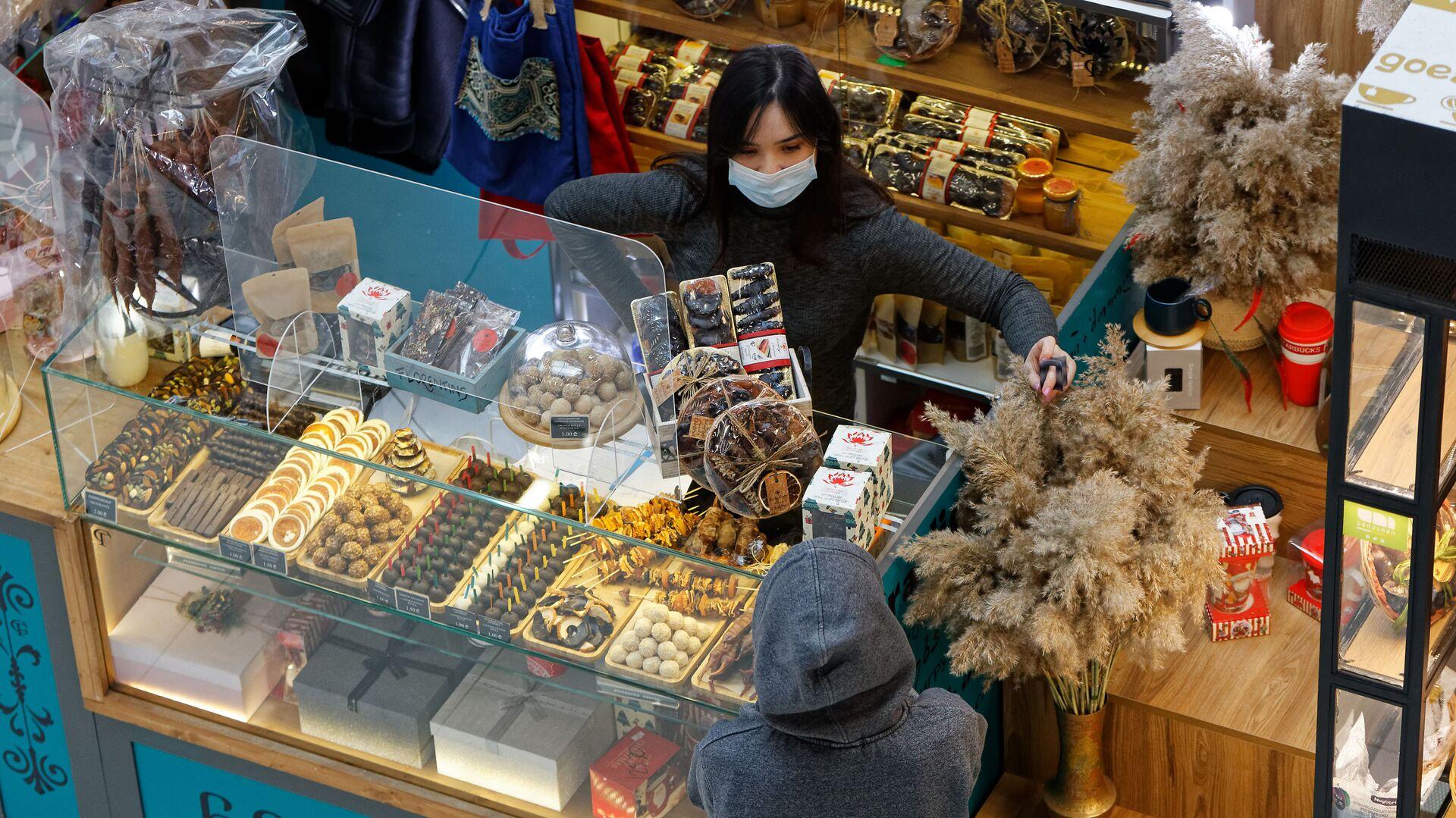 Эпидемия коронавируса - покупатели и продавцы в торговом центре в масках - Sputnik Грузия, 1920, 11.09.2021