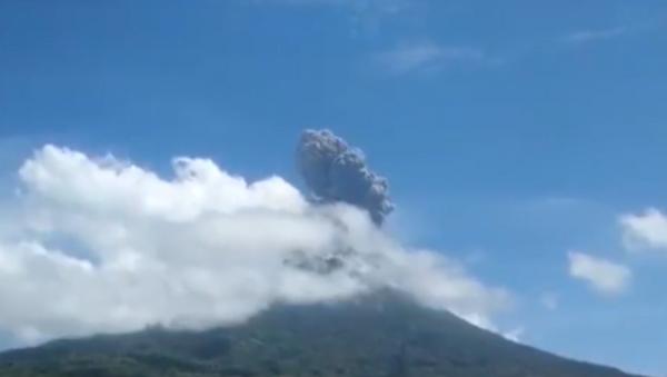 Вулкан Левотоло в Индонезии вновь начал проявлять активность - Sputnik Грузия