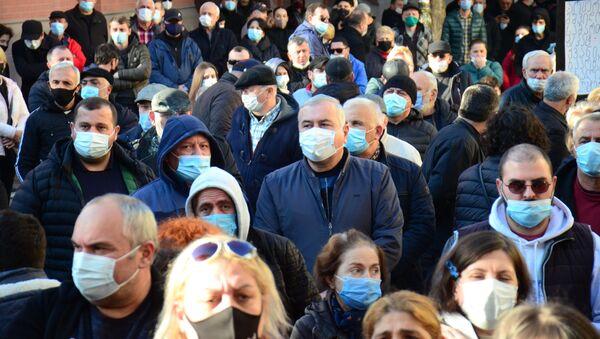 Акция протеста оппозиции - участники митинга в масках во время эпидемии коронавируса - Sputnik Грузия