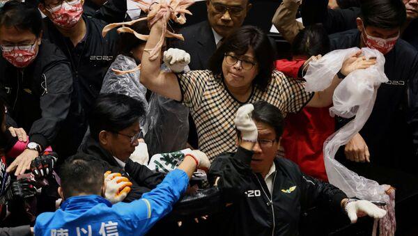 Тайваньские парламентарии кидаются друг в друга свиными потрохами - Sputnik Грузия