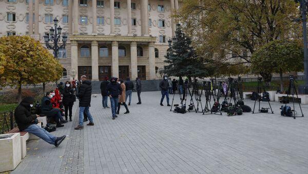 Журналисты у здания Тбилисского городского суда - Sputnik Грузия