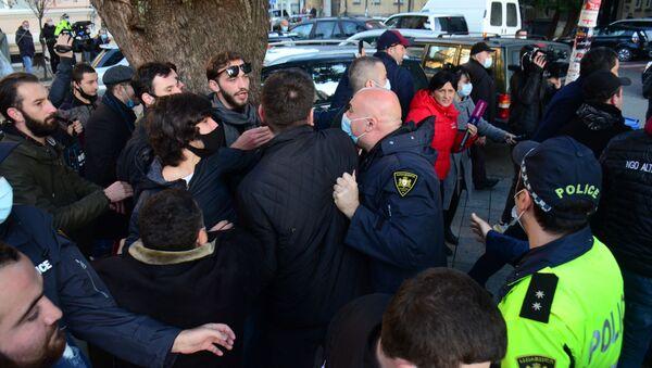 Стычка с полицией. Акция протеста оппозиции в Батуми 30 ноября 2020 года перед зданием правительства Аджарии - Sputnik Грузия