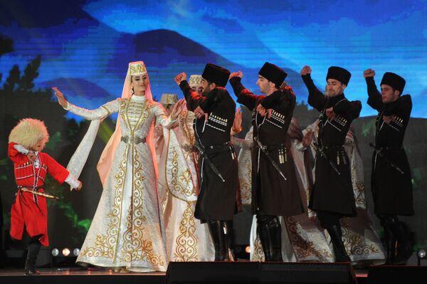 Артисты фольклорного ансамбля Магас выступают на гала-концерте, посвященном 250-летию единения Ингушетии с Россией, в Сунже - Sputnik Грузия