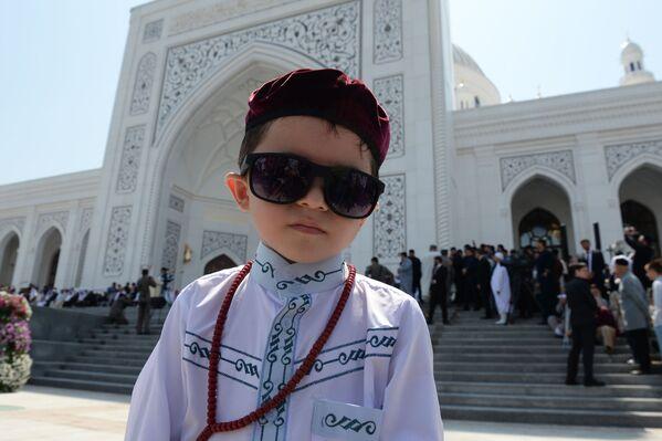 Мальчик на церемонии открытия мечети Гордость мусульман имени пророка Муххаммеда в Шали - Sputnik Грузия