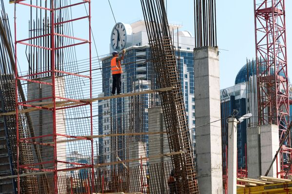 Рабочие  армируют каркас здания торгово-развлекательного центра Грозный молл в Грозном - Sputnik Грузия