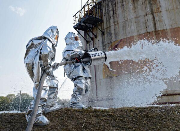 Сотрудники пожарной службы МЧС РФ во время командно-штабных учений по тушению нефтехранилищ в Шалинском районе - Sputnik Грузия