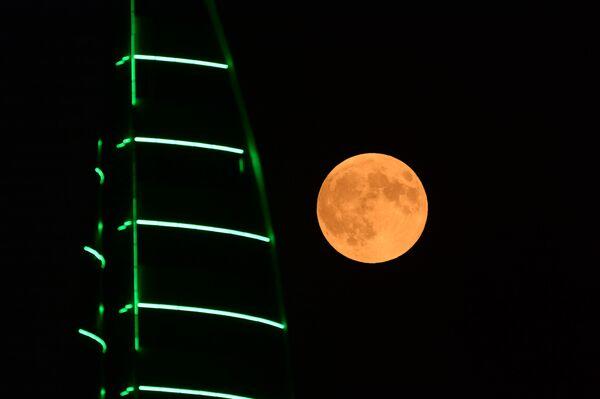 Луна во время затмения на фоне здания высотного комплекса Грозный сити в Грозном - Sputnik Грузия