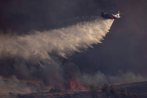 Также для тушения огня потребовалась помощь вертолетов - Sputnik Грузия